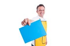 Stormarknadanställd eller arbetare som rymmer tomt papper royaltyfri foto