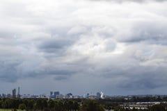 Stormclouds sinistre au-dessus d'horizon de ville de Parramatta, Sydney, Austra Photos stock