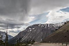 Stormen är kommande i den kanadensiska Rocky Mountains Royaltyfri Fotografi