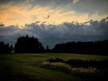 Stormen är kommande med solnedgången arkivbild