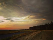 Stormen är kommande med solnedgången /2 royaltyfri foto