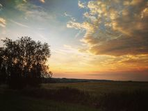 Stormen är kommande med solnedgången /3 royaltyfri bild