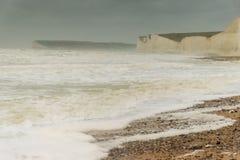 Stormen Desmond agiterar havet för vitt vatten på Birling av Gap, sju systrar Sussex Royaltyfri Fotografi
