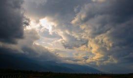 Stormen fördunklar på solnedgången Arkivfoton