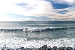 Stormen p? havet och invallninggatan av Sorrento Italien, stora v?gor och tidvatten tv?ttar sig mot med massor av skum och f?rgst fotografering för bildbyråer