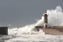 Stormen vinkar över fyren Fotografering för Bildbyråer
