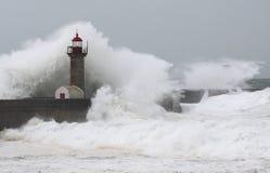 Stormen vinkar över fyren Arkivfoto