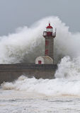 Stormen vinkar över fyren Arkivbild
