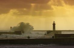 Stormen vinkar över fyren Royaltyfri Bild