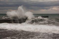Stormen vinkar över hamn på havet Havsstorm med vågor som kraschar mot pir Royaltyfri Foto