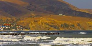 Stormen vinkar nära kusten royaltyfria bilder