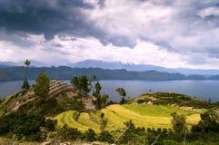 Stormframdel över Toba sjön. Arkivbild