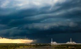 Stormframdel ovanför kärnkraftverksommardag royaltyfri foto