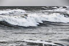 Stormhav med höga och små vågor Arkivfoton