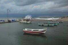 Stormig dag i den lilla fiskebåtlilla viken Royaltyfria Foton