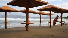 Stormig dag på den tomma stranden arkivfilmer