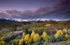 Stormig himmel över San Juan Mountain område och Autumn Fall färg av Dallas Divide Ridgway Colorado America royaltyfria bilder