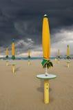 Stormig himmel över stranden Arkivfoto