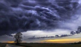 Stormig himmel för mörkt dramatiskt landskap över fält arkivfoton