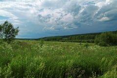 Stormig himmel i sommaren i lantligt Arkivfoto