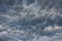 Stormig himmel med episka moln Arkivbild