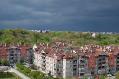 Stormig himmel ovanför byggnader Royaltyfri Foto