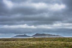 Stormig himmel ovanför hedland och läberg Ö av norr Uist, yttre Hebrides, Skottland arkivfoto