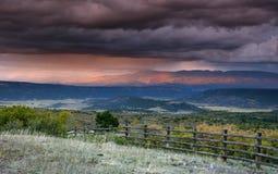 Stormig himmel på solnedgången över San Juan Mountain område och Autumn Fall färg av Dallas Divide Ridgway Colorado arkivbilder