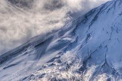 Stormig luft på snölutningen av Mount Fuji Arkivbild