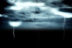 Stormig mörk himmel med blixtbultar Royaltyfri Bild