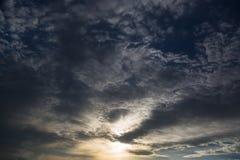 stormig mörk sky clouds dystert Mulet väder fotografering för bildbyråer