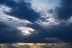 stormig mörk sky clouds dystert Mulet väder royaltyfri foto