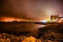 Stormig natt över en stads- kustlinje Royaltyfri Foto