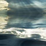 Stormig oklarhet som reflekterar i vattnet Arkivbild