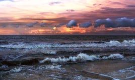 Stormig rosa solnedgång arkivfoto