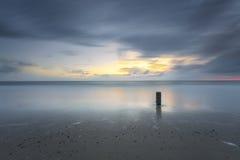Stormig Seascapesolnedgång i lång exponering Royaltyfri Foto