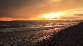 Stormig solnedgång över en bergsjö Kirgizistan son-Kul sjö arkivfilmer
