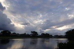 Stormig solnedgång över sjön i Florida Royaltyfria Bilder