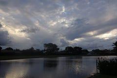 Stormig solnedgång över sjön i Florida Fotografering för Bildbyråer