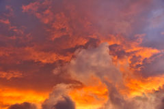 stormig solnedgång för skies Arkivbilder