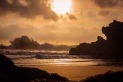 Stormig solnedgång på kusten Arkivfoton