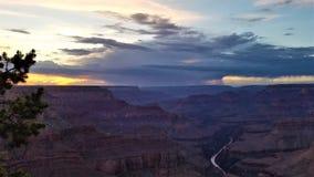 Stormig solnedgångGrand Canyon kontrast royaltyfri foto