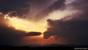 Stormig sommarsolnedgång arkivfoton