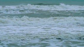 Stormiga havsvågor under dåligt väder stock video