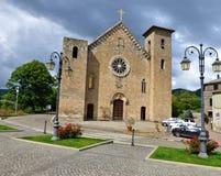 Stormiga himlar över en medeltida kyrka royaltyfria foton