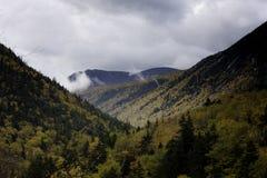 Stormiga himlar och nedgångsidor i dalen Arkivbild