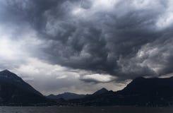 Stormiga moln över Como sjön Arkivbilder