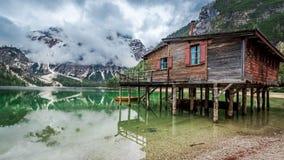 Stormiga moln över Pragser Wildsee i Dolomites, Europa Royaltyfria Bilder