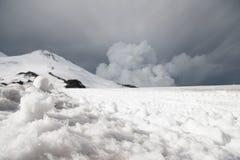 Stormiga moln hänger över över detkorkade berget Elbrus Arkivbild