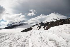 Stormiga moln hänger över över detkorkade berget Elbrus Royaltyfria Bilder
